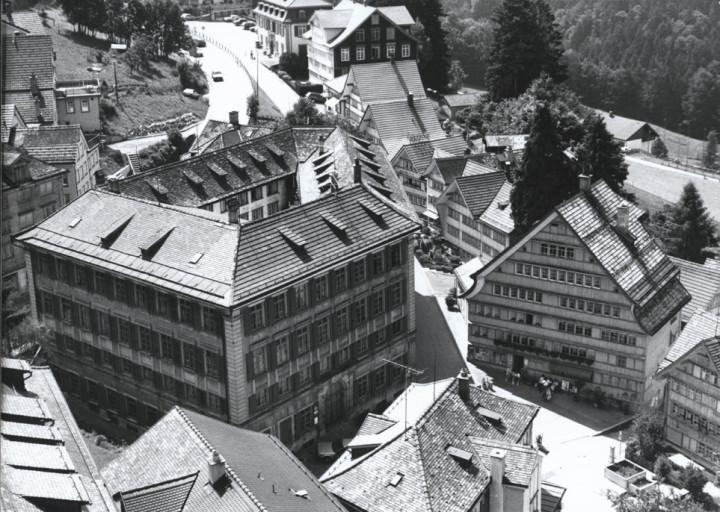 Aufnahme vom Kirchturm Richtung Westen. Die Nordfassade des Fünfeckpalasts und die Südostfassade der Sonne begrenzen den Sonnenplatz mit dem Brunnen rechts im Bild (Foto: K. Wolf, 1985